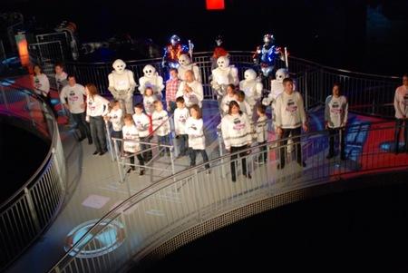 El DJ Martin Solveig pone la música y el espectáculo en la atracción del baile con los Robots en Futuroscope