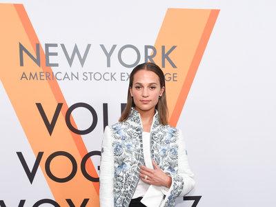 Alicia Vikander reaparece tras su boda en una fiesta de Louis Vuitton