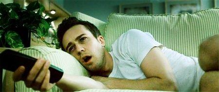 Si duermes con la televisión encendida, podrías desarrollar depresión
