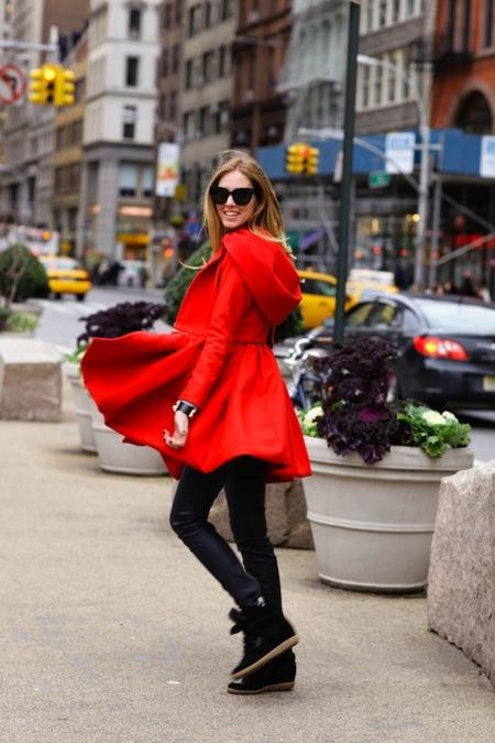Claves de estilo para ir de shopping: caperucita roja nunca había sido tan fashion