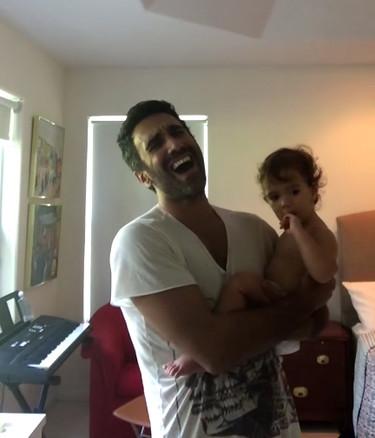Qué pasa cuando un cantante le canta una nana a su hija