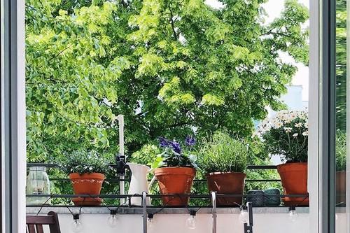 Las mesas para los balcones de los que creen que es imposible que les entre una mesa en su mini balcón