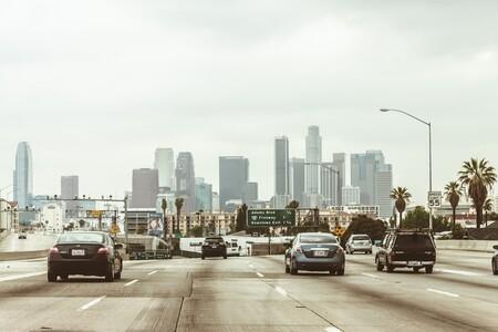 """El nuevo """"asfalto frío"""" que se está probando en EEUU promete reducir la temperatura y las emisiones de CO₂ en las ciudades"""