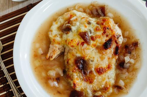 Pollo gratinado con mozzarella y mermelada de higo. Receta fácil para el Día del Abuelo
