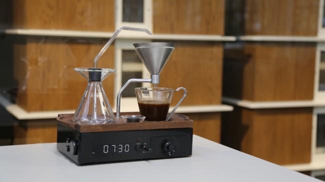 Este reloj despertador no sólo te despierta, sino que también te prepara el café