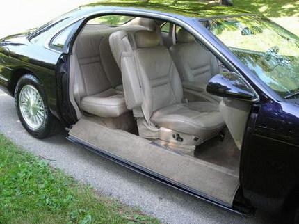 Prototipo Lincoln de 1993 con puertas escamoteables bajo el coche