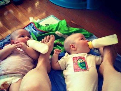Alimentar a gemelos es tan complicado que les acabas dando el biberón ¿con los pies?
