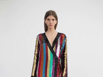 Clonados y pillados: el kimono multicolor de Attico ahora puede ser tuyo por muchísimo menos