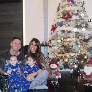 Navidad en pijama para la familia Messi y cumple de Anna en casa Iniesta