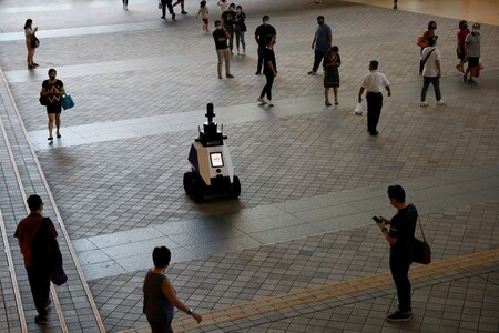 Este nuevo robot de Singapur patrulla las calles y te puede reclamar por fumar en la vía pública