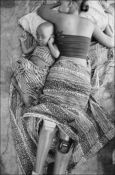 Todas las madres pueden criar a sus hijos, aunque les falten las dos piernas