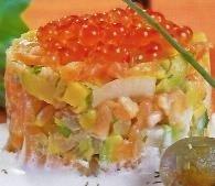 Tartar de salmón con nata agria y huevas