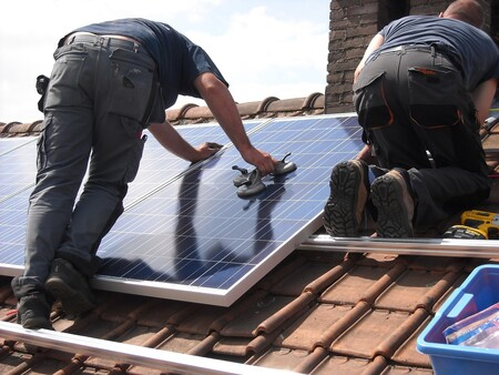 Poner placas solares reduce la factura eléctrica pero hay fuertes requisitos para la rentabilidad: te los explicamos a fondo