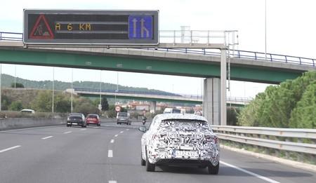 El nuevo SEAT León se deja ver camuflado en vídeo para explicar cómo los coches de la marca hablarán con los semáforos