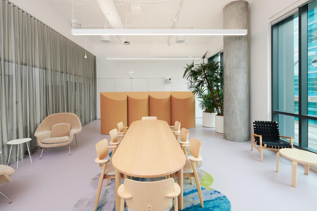 Las nuevas oficinas de Dropbox se parecen muy poco a unas oficinas convencionales: con paredes y muebles móviles para amoldarse al trabajo híbrido