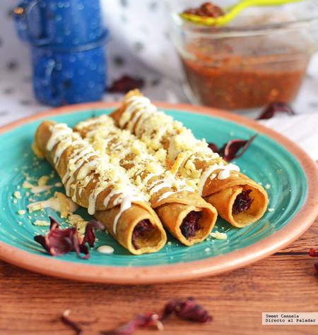 Tacos dorados rellenos de jamaica