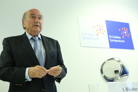 Por qué ni siquiera la policía y un príncipe jordano son capaces de echar a Blatter de la FIFA