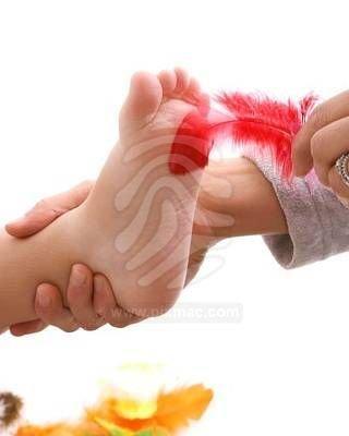 ¿El pie derecho siente más cosquillas que el pie izquierdo?