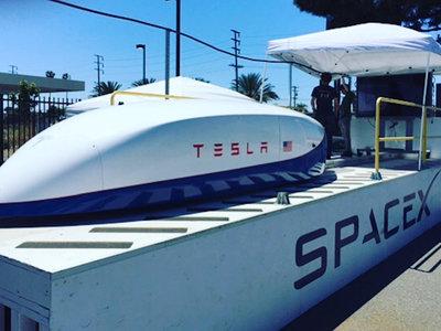 Elon Musk tiene una cápsula de Tesla para hyperloop capaz de alcanzar los 355 km/h