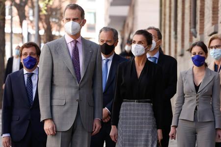 La Reina Letizia luce una falda midi de Massimo Dutti de bajo asimétrico que es ideal para ir a la oficina