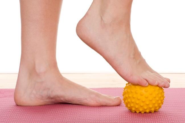 Relaja la musculatura de tus pies con el automasaje con pelota