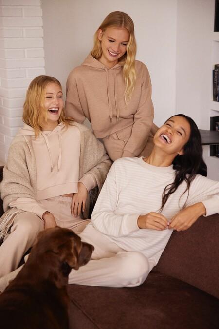 Cómodas, suaves y muy calentitas, así son las prendas de la colección Cozy at Home de Lefties