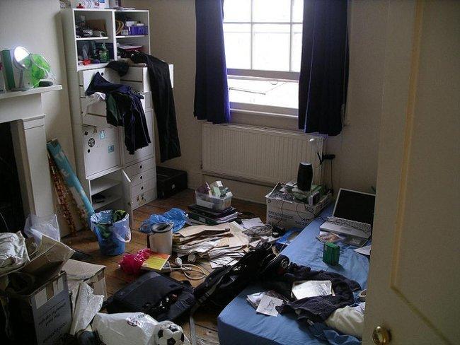 Un cuarto desordenado.