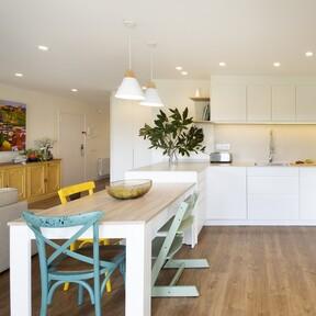 Luz natural, verde turquesa y muebles a medida: estas son las claves para reformar este dúplex