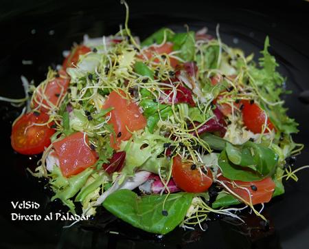Ensalada con dados de salmón ahumado y vinagreta de ceps