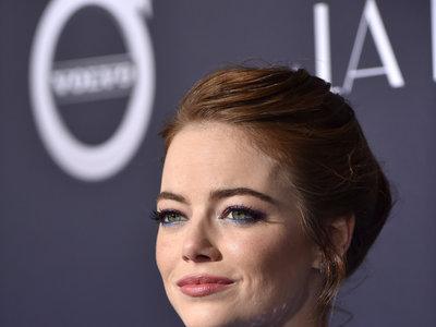 Emma Stone es la actriz del momento. Repasamos sus mejores peinados en su camino hacia el Oscar