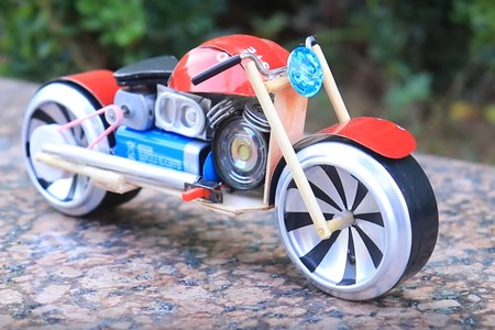Con esta moto eléctrica a escala hecha con latas de refresco ya no hay excusa para empezar a reciclar