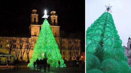 Un árbol de navidad hecho con botellas de plástico recicladas