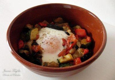Huevos al plato con pisto. Receta