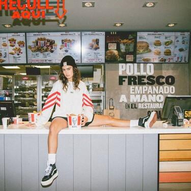 KFC no tendrá colaboración con Ana Guerra (de momento), pero tiene una colección de ropa llena de rollo