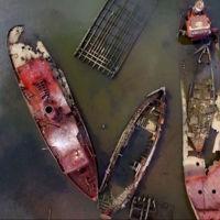 La inquietante belleza que encierra un cementerio de barcos a vista de drone