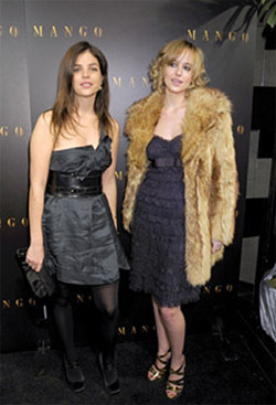 Julia Reston y Dakota Johnson