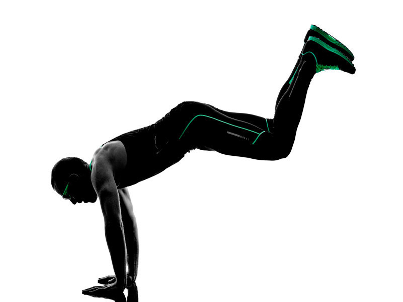 Trabaja tus hombros y brazos intensamente realizando donkey kick jump con animal flow
