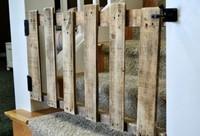 Una buena idea: barrera y puerta de seguridad para escaleras con un palé