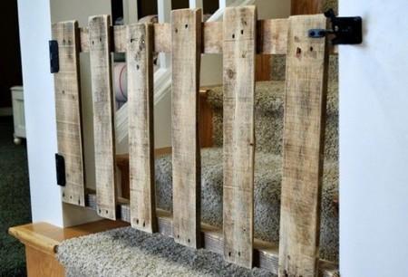 Una Buena Idea Barrera Y Puerta De Seguridad Para Escaleras Con Un Palé