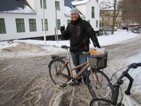 Servidor con su bici en la nieve