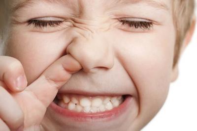 Se mete el dedo en la nariz y le sangra