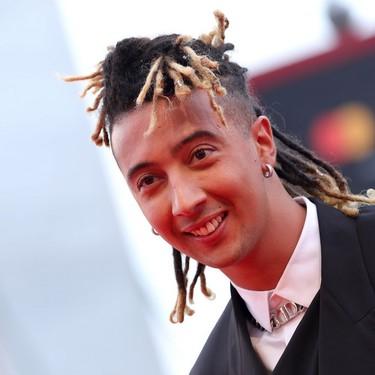 Ghali lleva el más actualizado tuxedo de Dior a la ceremonia de apertura del Festival de Cine de Venecia