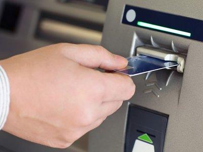 Por qué deberías maltratar (un poco) el cajero automático antes de sacar dinero
