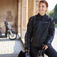 Ir fresco y seguro en la moto este verano es posible con esta chaqueta protectora de Seventy Degrees, por 84 euros