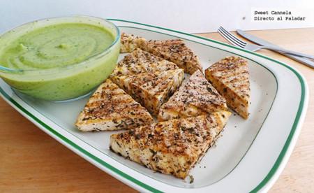 Tofu con hierbas al grill con salsa de aguacate