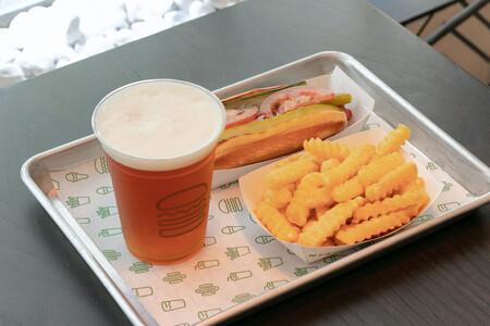 Cerveza artesanal propia, vino y hamburguesas de buena calidad es lo que nos dejo nuestra visita al Shake Shack