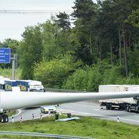 Transportar gigantes es un reto: conductor herido en la Autobahn por el aspa de un generador eólico