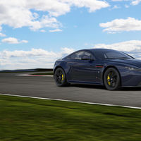 Así de coloridos son los Aston Martin V8 y V12 Vantage S Red Bull Racing Edition