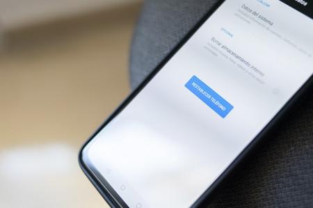 Cómo restaurar de fábrica un móvil Android o un iPhone