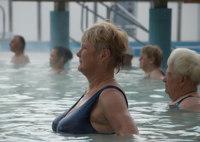 Si tienes unos kilos de más, ejercítate en la piscina